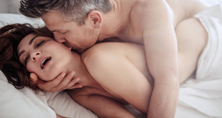 couple-in-love-in-bed